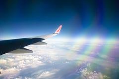 Mening van Noors vliegtuigvenster met blauwe hemel en witte wolken 08 07 2017 Palma de Mallorca, Spanje Royalty-vrije Stock Fotografie