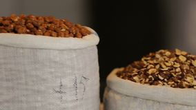 Mening van noten in zakken in de Georgische markt, lokaal voedsel, organische voeding stock videobeelden