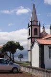 Mening van oceaan voorbij de kerk Stock Afbeelding