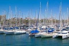 Mening van Oceaanhaven Vell Barcelona met vele mooie vastgelegde jachten Barcelona, Spanje - Mei 2 2016 Royalty-vrije Stock Foto's