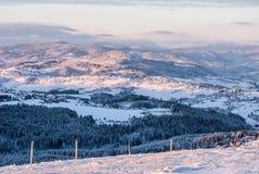 Mening van Ochodzita-heuvel boven Koniakow-dorp in Silezische Beskids-bergen in Polen tijdens bevriezende de winterochtend royalty-vrije stock foto's