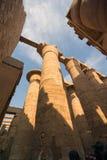 Mening van onderaan de ruïnes van de reusachtige kolommen van Luxor templ stock foto