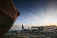 Mening van onderaan een boot in de haven Stock Foto's