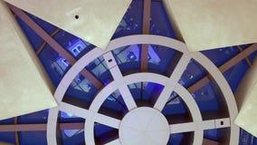 Mening van onderaan over het sterrenplafond in wandelgalerij stock videobeelden