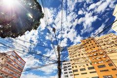Mening van onderaan van elektrolijnen op machtspool in Rio de Jane Royalty-vrije Stock Foto's