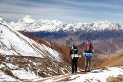 Mening van onderstel Dhaulagiri met twee toeristen stock foto