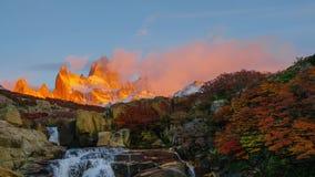 Mening van Onderstel Fitz Roy en waterfal in het Nationale Parklos Glaciares Nationale Park bij zonsopgang De herfst in Patagonië stock video