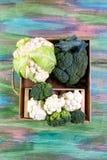 Mening van organische broccoli en bloemkool in de doos lokaal opbrengsconcept Low-calorie voedingsproducten Vlak leg Hoogste meni royalty-vrije stock foto
