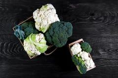 Mening van organische broccoli en bloemkool in de doos Seizoengebonden lokaal de opbrengsconcept van het oogstgewas Low-calorie v stock foto