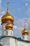 Mening van Orthodox klooster met Gouden koepels van kerken stock foto