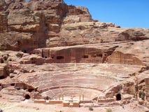 Mening van oud amfitheater in Petra stad stock afbeelding