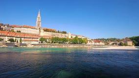 Mening van oud de stadscentrum van Bern met rivier Aare Bern is hoofd van Zwitserland en vierde meest dichtbevolkte stad in Zwits stock footage