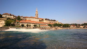 Mening van oud de stadscentrum van Bern met rivier Aare Bern is hoofd van Zwitserland en vierde meest dichtbevolkte stad in Zwits stock video
