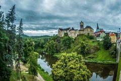 Mening van oud kasteel Loket stock afbeelding