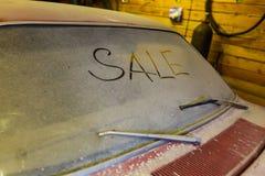 Mening van oude auto in garage met stoffige kap vuile voorruit met titelverkoop door vinger en gebroken windscherm wip stock foto's