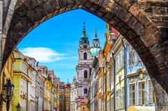 Mening van oude die stad in Praag uit Charles-brug wordt genomen Royalty-vrije Stock Foto's
