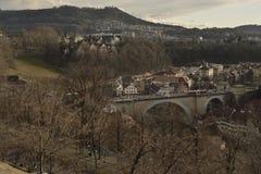 Mening van oude stad van Bern van Rosengarten met Gurten-heuvel op zonsondergang zwitserland Stock Afbeeldingen
