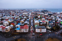 Mening van Oude Stad vanaf bovenkant van kerktoren bij schemer, Reykjavik Stock Foto's