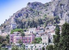 Mening van oude straat, voorgevels van oude gebouwen in Taormina, Sicilië, Italië royalty-vrije stock foto's