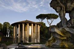 Mening van oude tempel en fontein Stock Foto