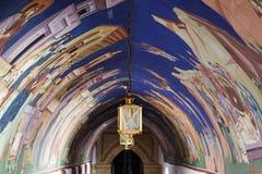 Mening van overwelfde galerijmuurschilderingen en lantaarn. Royalty-vrije Stock Afbeelding