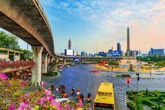 Mening van Overwinningsmonument en skytrain viaduct Royalty-vrije Stock Foto