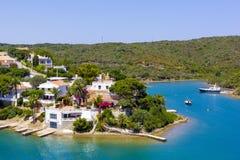 Mening van overzees aan kleine stad in de Minder belangrijke, vastgelegde boten van Balearis, boten en jachten, Menorca, Spanje Stock Afbeeldingen