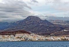 Mening van overzees van Los Cristianos baai, Tenerife, Spanje Royalty-vrije Stock Afbeelding