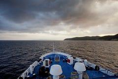 Mening van overzees vanaf de bovenkant van veerboot bij zonsopgang Stock Foto's