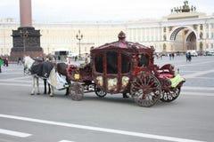 mening van paarden en vervoer op het vierkant in Petersburg stock fotografie