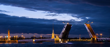Mening van Paleisbrug en Peter en Paul Fortress, Neva River, St. Petersburg, Rusland Stock Fotografie