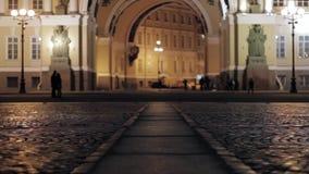 Mening van Paleisvierkant in Heilige Petersburg in nacht Silhouet van het kussen van paar stock video
