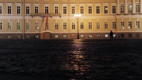 Mening van Paleisvierkant in Heilige Petersburg in nacht Silhouetten van mensen stock footage