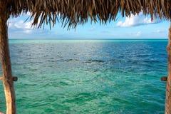 Mening van palmbladenschuilplaats in Caraïbisch paradijs, Cayo Guille stock fotografie