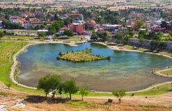 Mening van Pamukkale stad, Turkije Stock Fotografie