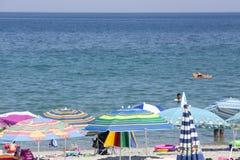 Mening van parasols bij het strand van Katerini in Griekenland Stock Foto
