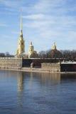 Mening van Peter en Paul Cathedral op een de lentedag St Petersburg Stock Fotografie