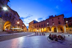 Mening van piazza Santo Stefano bij de avond met mensen en een fiets, Bologna, op 13 Juli, 2017 Royalty-vrije Stock Afbeeldingen