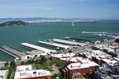 Mening van pijlers in van San Francisco de baai en van Oakland bri Stock Afbeelding