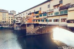 Mening van Ponte Vecchio en Arno River in Florence, Italië stock foto's