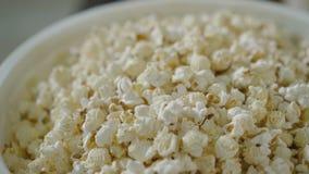 Mening van popcorn in de emmer in 4K stock video