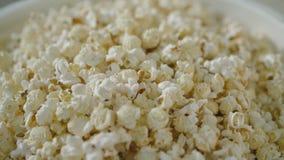 Mening van popcorn in de emmer in 4K stock videobeelden