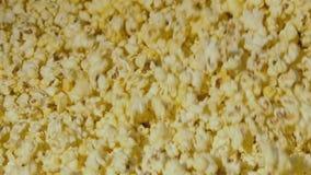Mening van popcorn die in de kom tijdens het koken omcirkelen langzaam stock video
