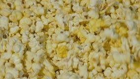 Mening van popcorn die in de kom tijdens het koken omcirkelen langzaam stock videobeelden