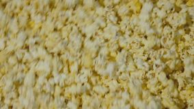 Mening van popcorn die in de kom tijdens het koken omcirkelen langzaam stock footage