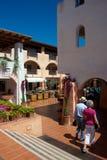 Mening van Porto Cervo met winkels royalty-vrije stock fotografie