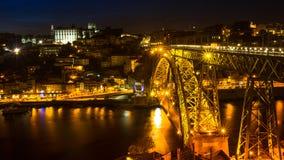Mening van Porto en de Dom Luiz-brug bij nacht Porto wordt genoemd Noordelijke hoofdstad van Portugal Royalty-vrije Stock Foto
