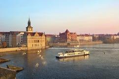 Mening van prachtig Praag van de Vltava-Rivier Stock Foto