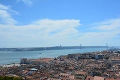 Mening van prachtige Tagus-Rivier en 25 april-Brug van Kasteel van St George Lisabon - Portugal Stock Fotografie