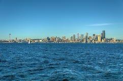 Mening van Puget Sound met Blauwe Hemel en Seattle Van de binnenstad, Washington, de V.S. stock foto's